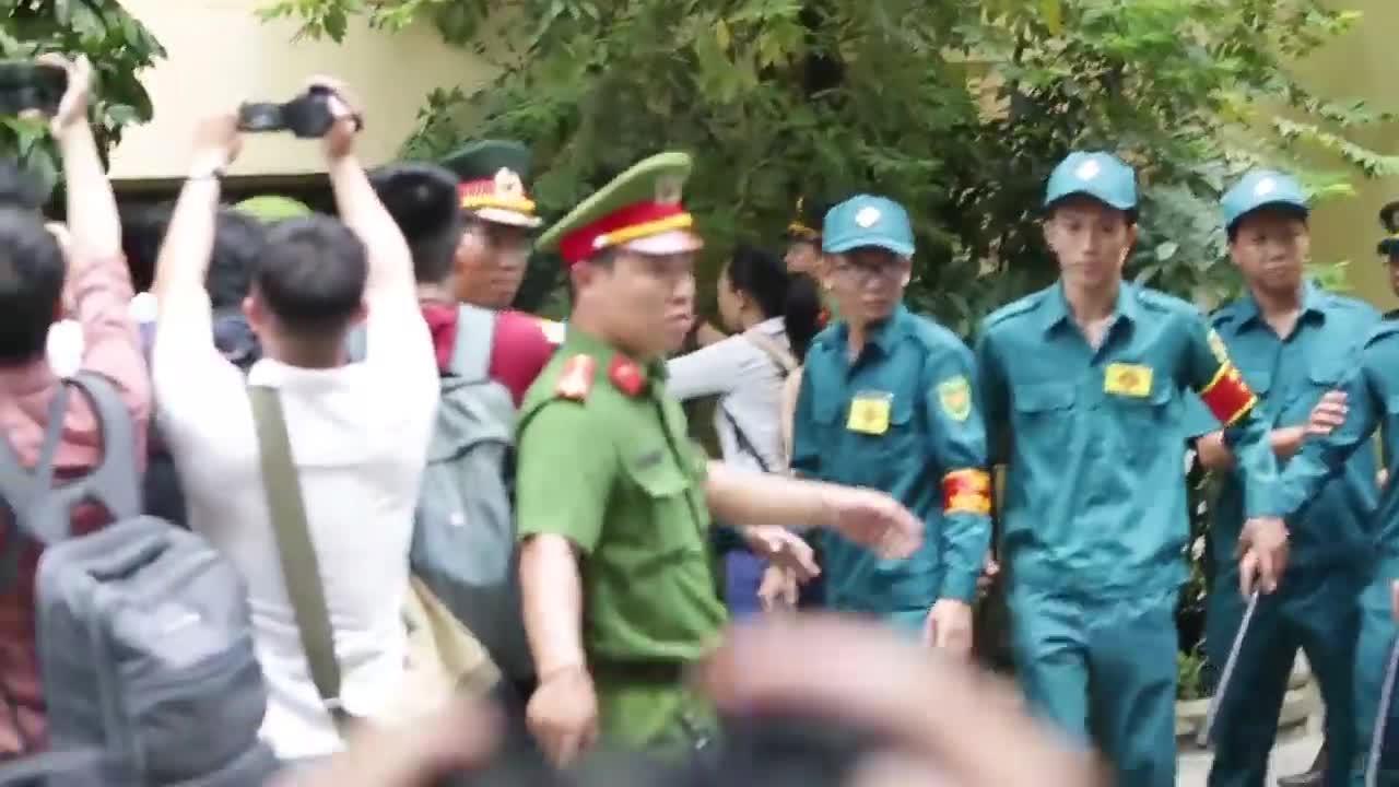 Nguyễn Hữu Linh vội vã rời đi trước vòng vây hàng trăm người (Clip: King Pro)