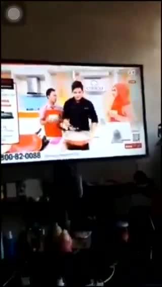 Vụ nổ nồi áp suất ngay trên sóng truyền hình Malaysia. (Nguồn: Twitter)