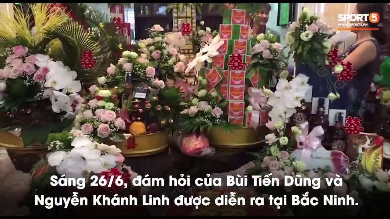 Gia đình nhà trai Bùi Tiến Dũng chuẩn bị tới nhà gái tại thành phố Bắc Ninh làm lễ ăn hỏi.