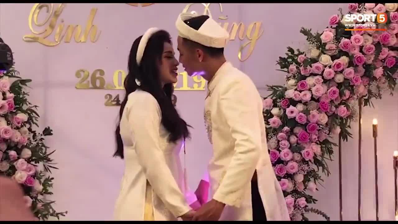 """Bùi Tiến Dũng trao nụ hôn nồng cháy cho bạn gái tại lễ ăn hỏi và hát """"Nắm Lấy Tay Anh"""" cực ngọt."""