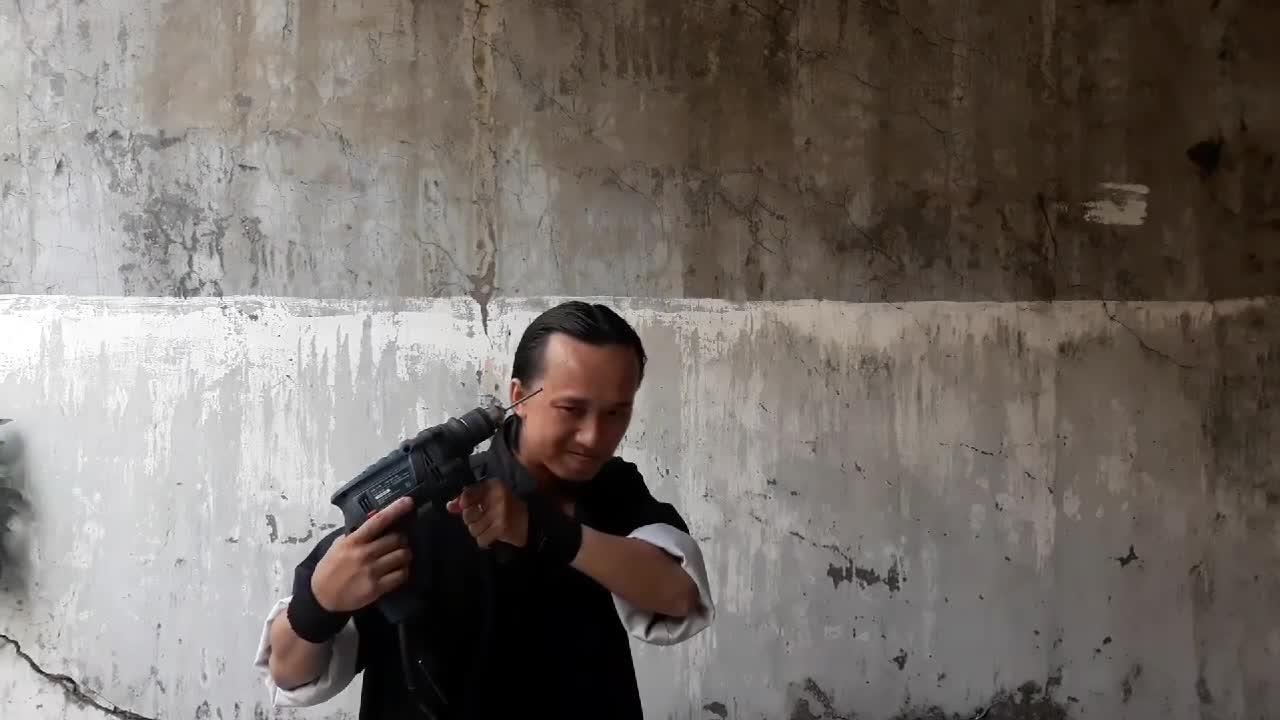 Võ sư Đinh Ngọc Huy thi triển Thiết Bố Sam Công.