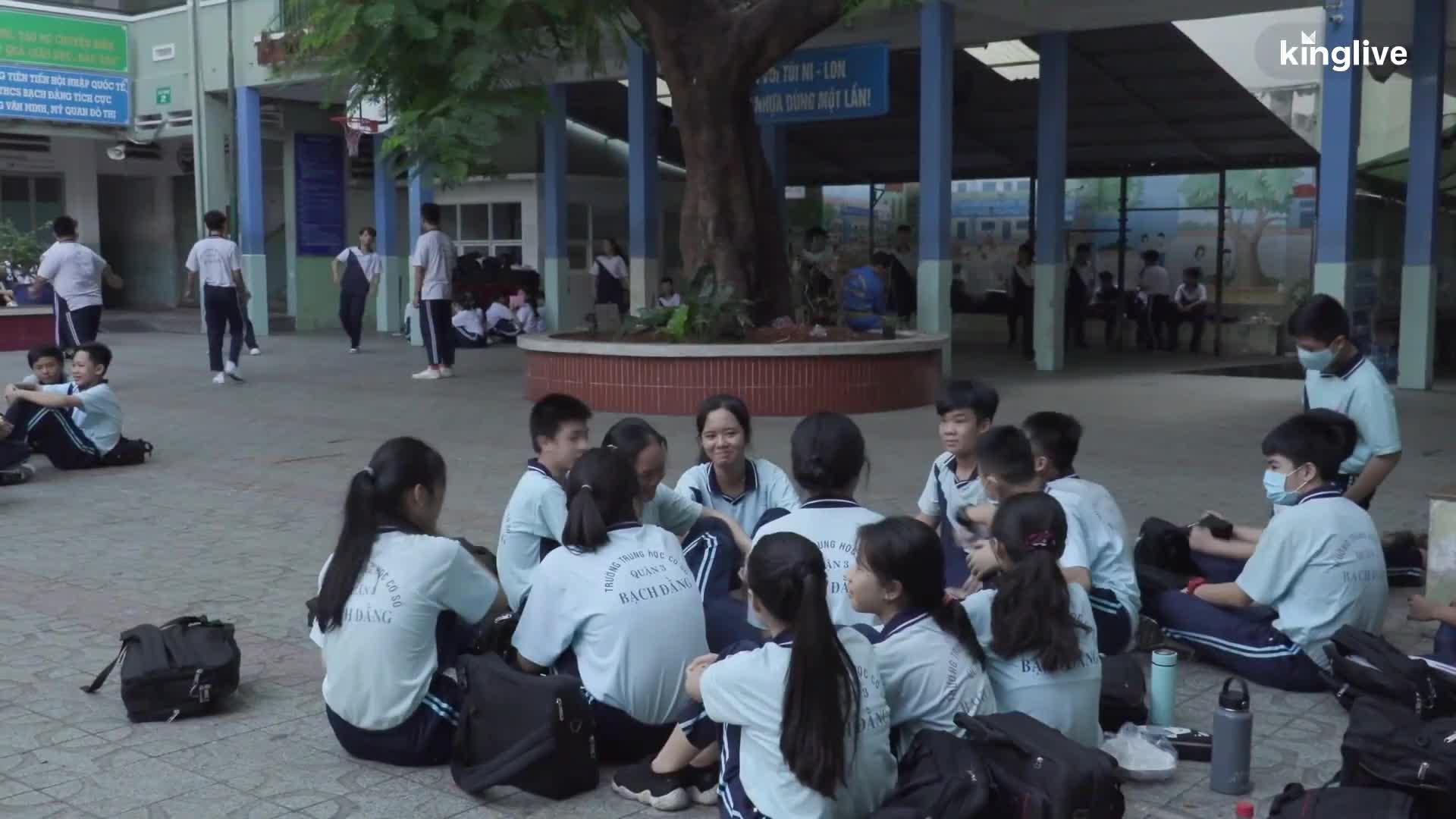 Ký ức của học sinh lớp 6/8 về cậu học trò nghèo tử nạn dưới gốc cây phượng vĩ.