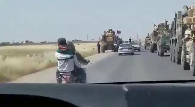Xe cơ giới Nga - Mỹ đối đầu tại đông bắc Syria.