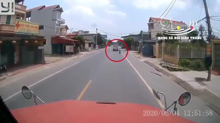 Người đàn ông chạy xe máy đâm thằng vào đuôi xe tải