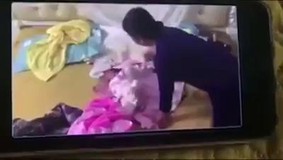 Giúp việc hành hạ trẻ sơ sinh hơn 1 tháng tuổi dã man ở Hà Nam. Nguồn: Youtube/Hậu.