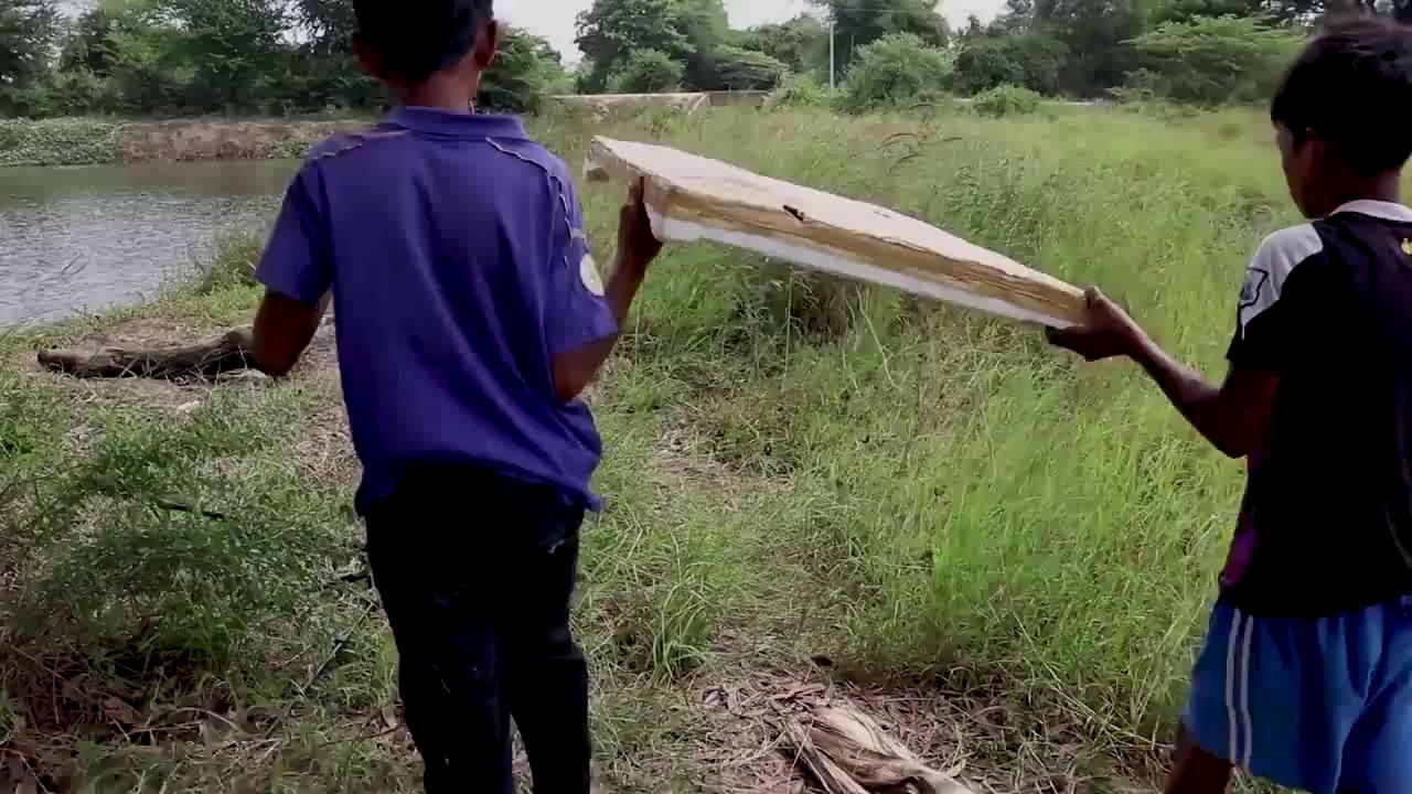 Bẫy cá bằng nắp thùng xốp. Nguồn: Youtube/Cambo Trap