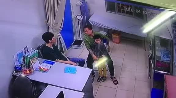 Bác sĩ BV Xanh Pôn bị người nhà bệnh nhân hành hung. Video do BV cung cấp.