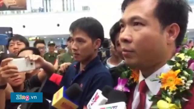 Hoàng Xuân Vinh trả lời phỏng vấn tại sân bay