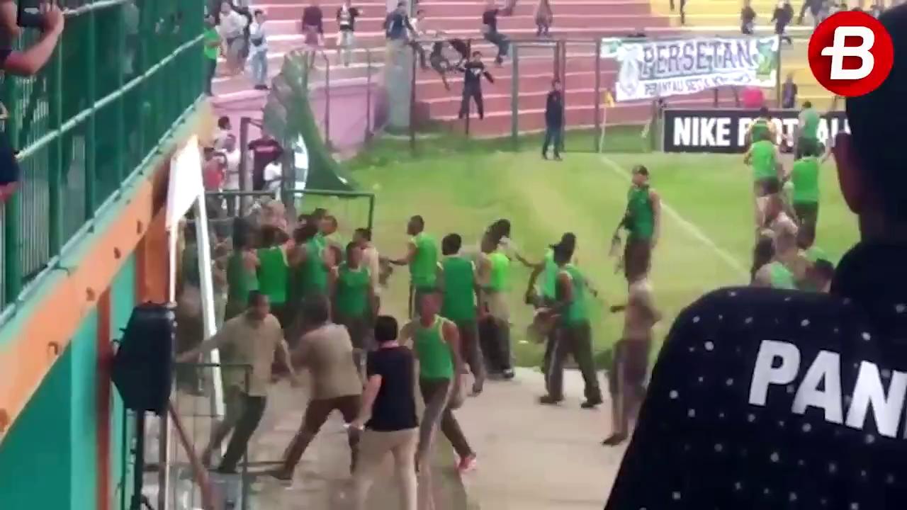 Hết cầu thủ đánh nhau, bóng đá Indonesia còn chìm trong tang tóc vì bạo loạn