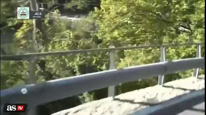 """""""Tử thần"""" trêu ngươi: VĐV bay cả người lẫn xe xuống vực"""
