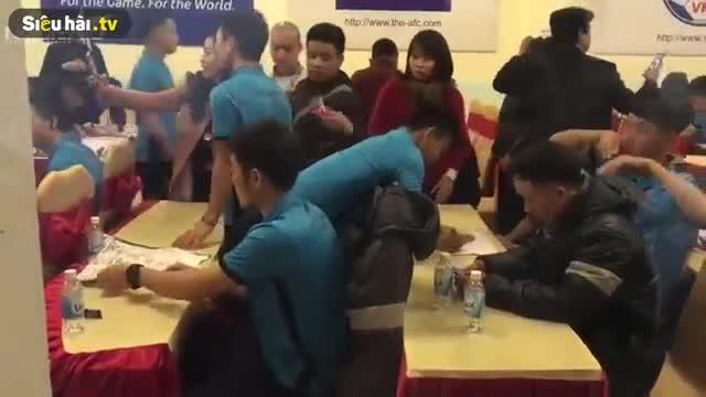Xuân Trường ngủ gật khi đang ký tặng người hâm mộ