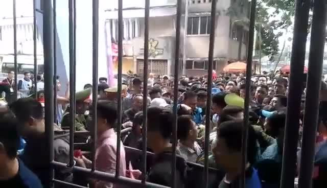 Soát kĩ cả fan nữ, an ninh sân Lạch Tray vẫn khó ngăn chặn pháo sáng
