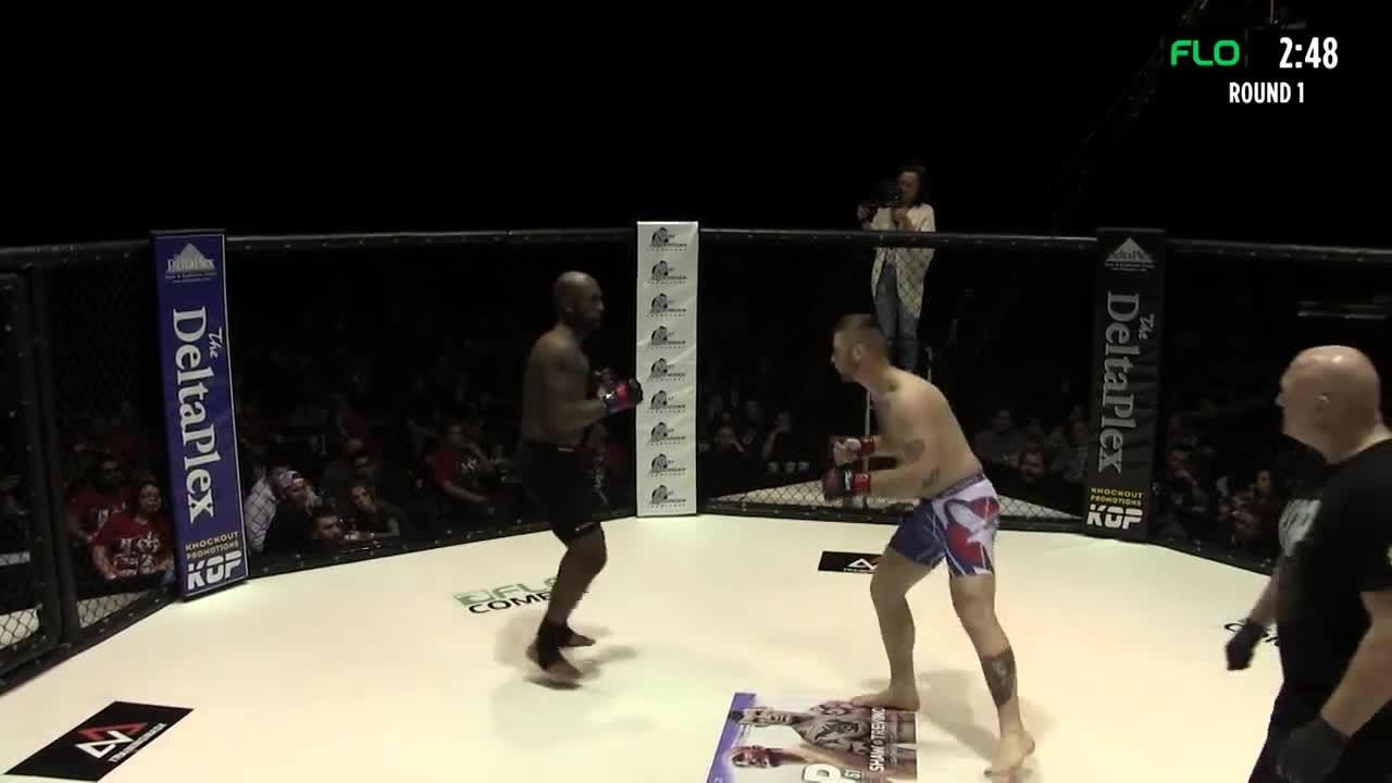 Bị đánh ngã bởi đòn vô hình, võ sĩ vẫn ngược dòng chiến thắng ấn tượng