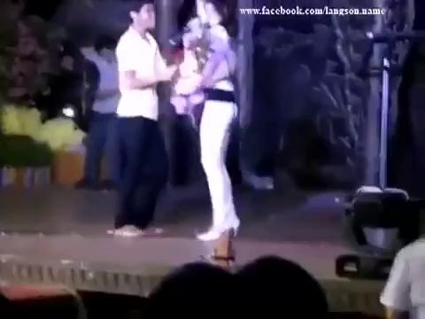 Đông Nhi bị cưỡng hôn trên sân khấu