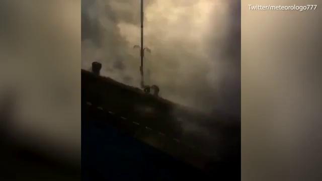 Bọt biển tràn ngập đường phố sau siêu bão Ophelia