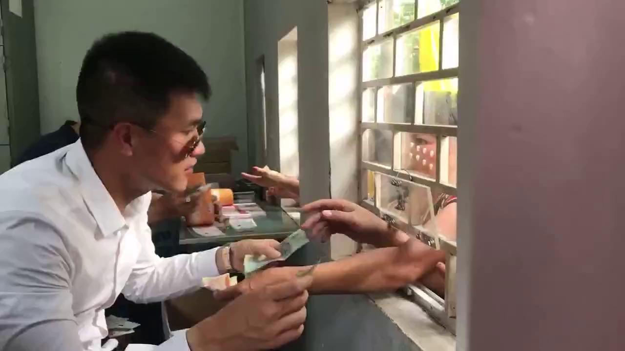 Công Vinh sắm vai người bán vé tại CLB. TP.HCM.