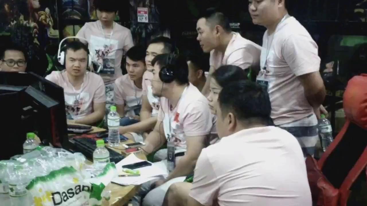 Đoàn Trung Quốc ăn mừng sau khi Shenlong đánh bại Chim Sẻ Đi Nắng tại giải Việt - Trung 2017.
