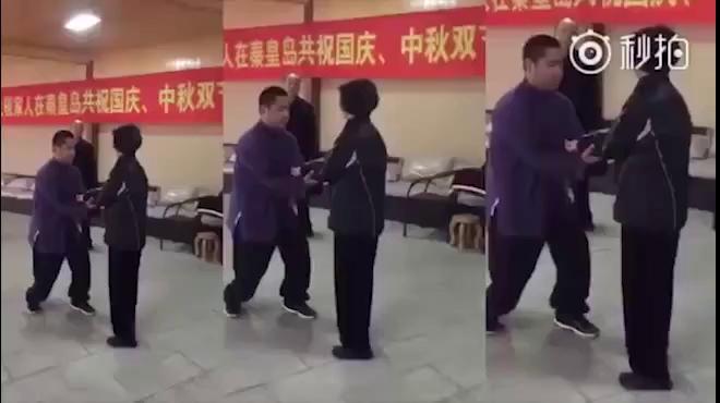 """Video những màn kung-fu """"dởm"""" của võ sư Yan Fang (Trung Quốc)"""