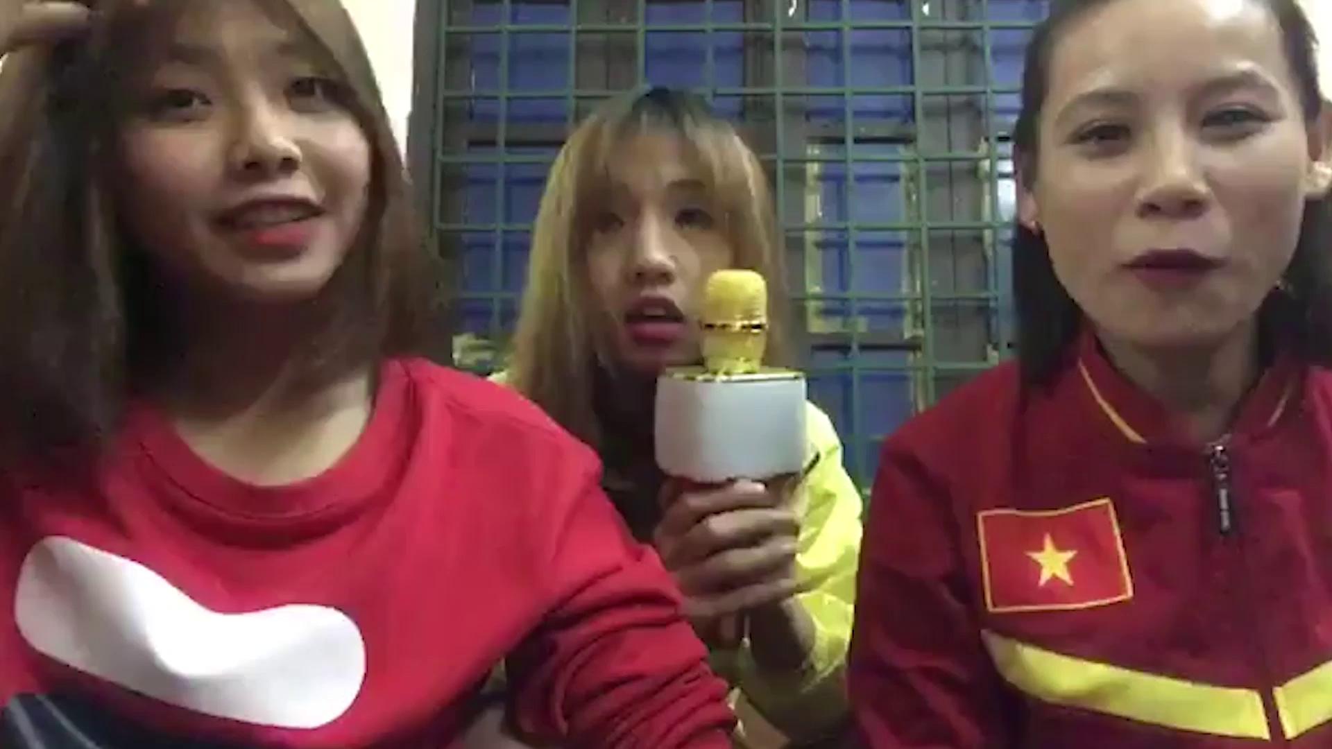 Bộ 3 cầu thủ nữ Việt Nam trình diễn khả năng ca hát