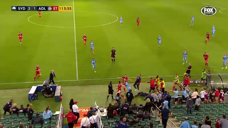 Video: Cầu thủ 2 đội hỗn chiến vì nhân viên nhặt bóng