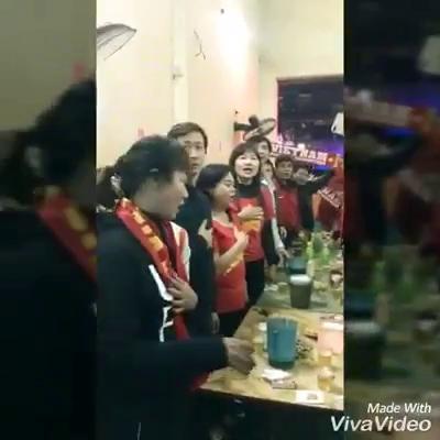 Một nhóm CĐV ở Hà Nội cổ vũ cho U23 Việt Nam.