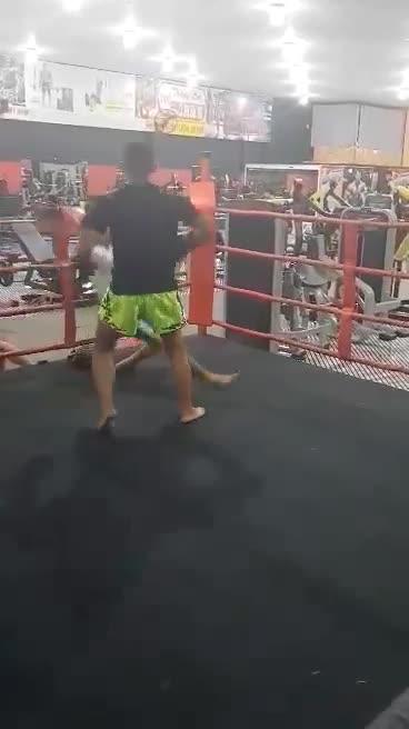 Clip Huỳnh Văn Dũng chấp 1 tay, đấm đối thủ 1 phát ngất xỉu.