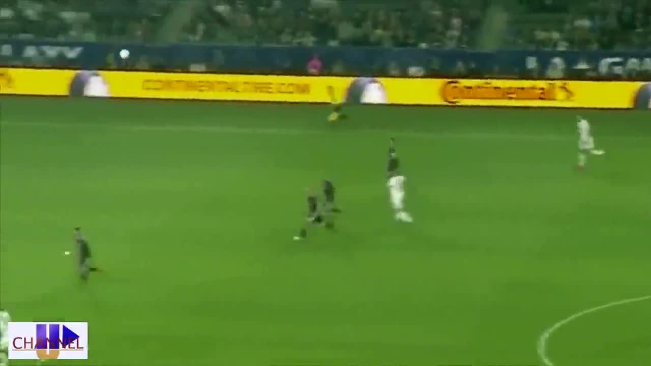 """Video ghi lại tình huống cú """"Kung- fu"""" của Ibrahimovic."""