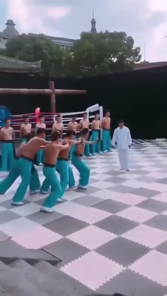 """Chu Xuân Bình biểu diễn công phu """"truyền điện""""."""