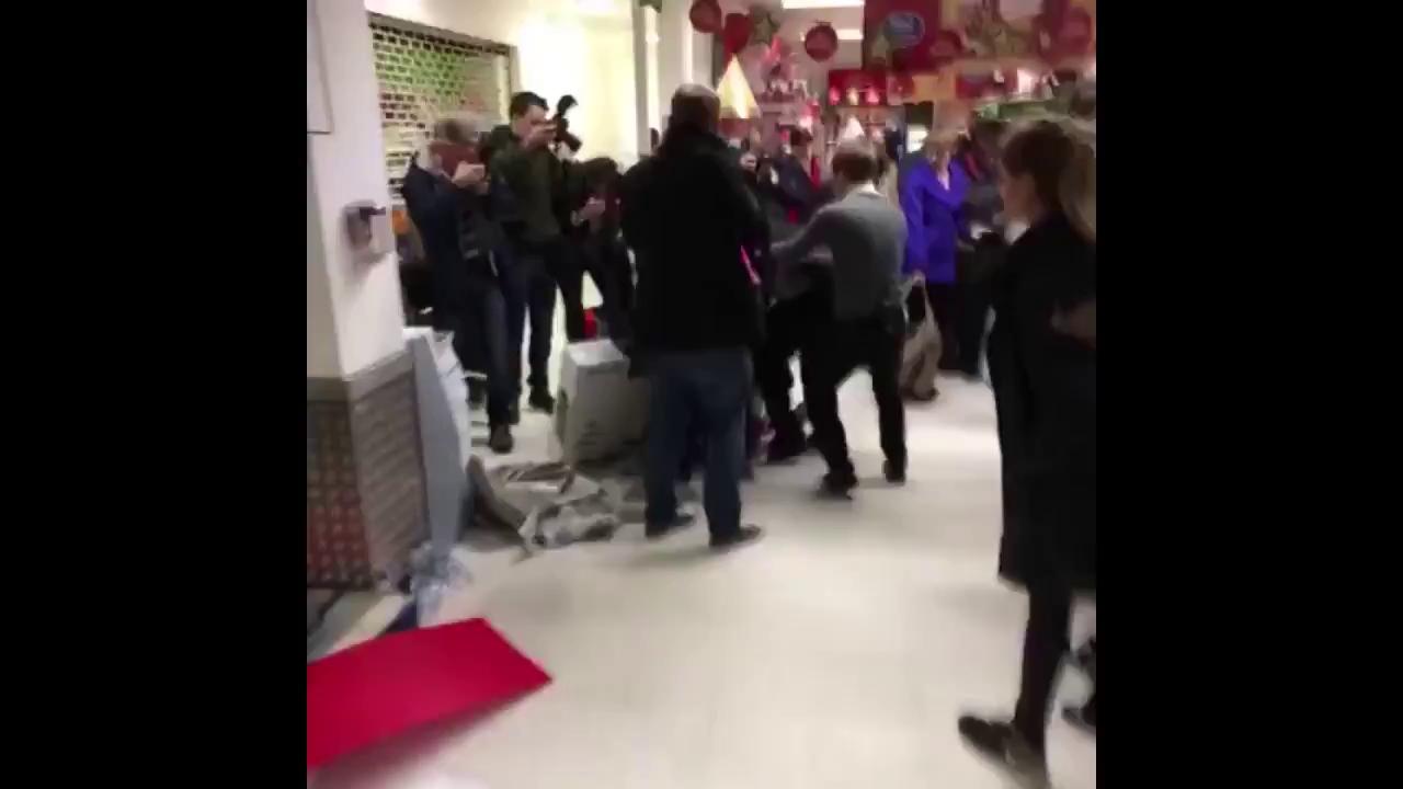 Cảnh ẩu đả tại gian hàng của Walmart và Tesco, Anh năm 2014