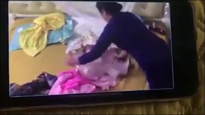 Clip bé gái gần 2 tháng tuổi bị bạo hành.