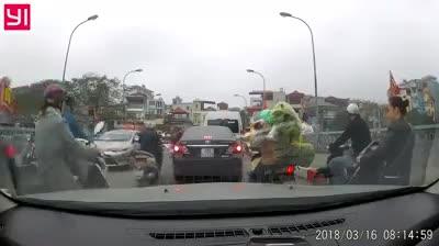 Người phụ nữ điều khiển ô tô định quay đầu xe trên cầu. (Nguồn: Otofun.net)