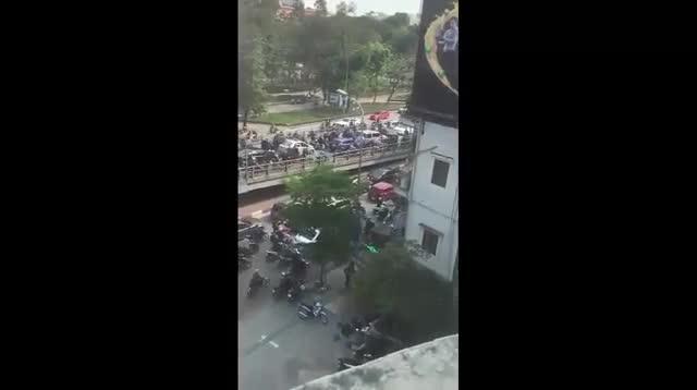 Video xe ô tô ngang nhiên quay đầu trên cầu. (Nguồn: Otofun.net)