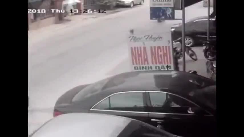 Video tài xế đánh lái tránh 2 người ngã ra đường.