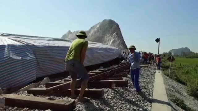 Video hiện trường vụ xe ben đâm tàu hoả khiến 10 người thương vong ở Thanh Hoá.