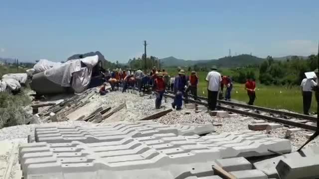 Các công nhân khẩn trương sửa chữa đường ray bị hư hỏng.