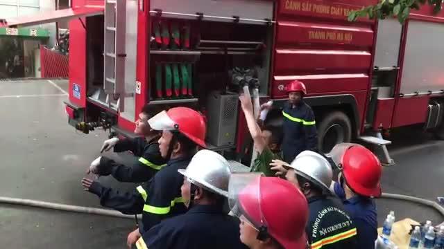 Video cận cảnh lực lượng CSPCCC Hà Nội dùng xe vòi rồng hiện đại để dập tắt đám cháy ở tầng 18 toà chung cư cao 23 tầng.