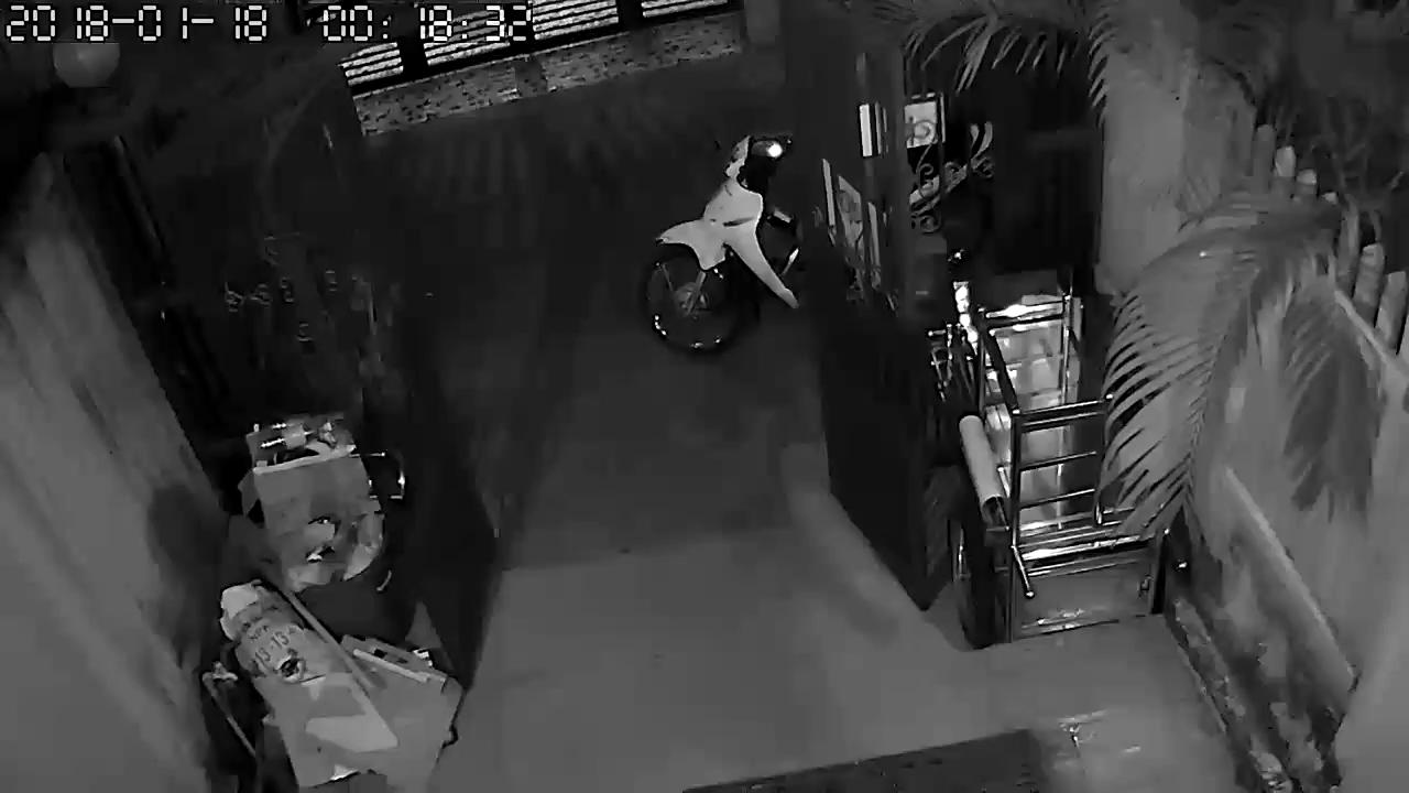 Clip nhóm thanh niên trộm 3 xe máy trong đêm