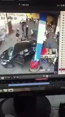 Tài xế lùi xe đâm đổ cây xăng cùng hàng loạt xe máy