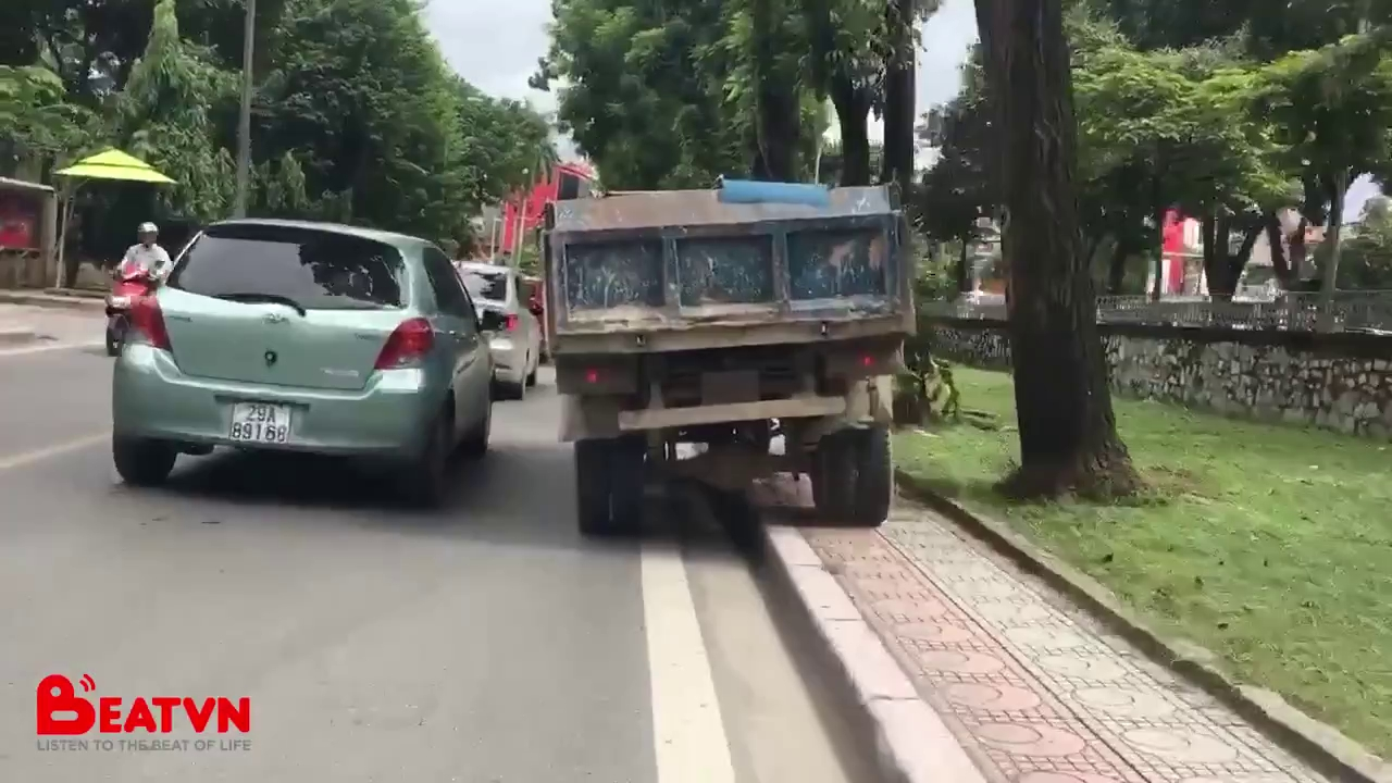 Chiếc xe tải và cách thoát khỏi đoạn đường tắc gây xôn xao