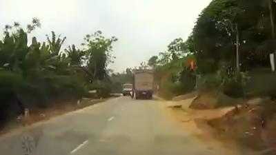 Cặp đôi vượt ẩu trên đường