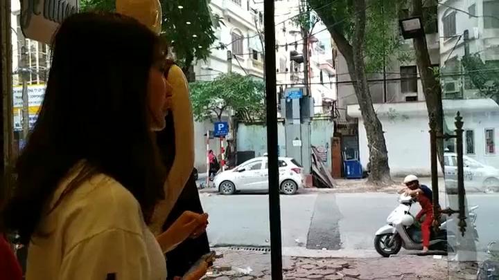 Cô gái trẻ nói về hành động dán băng vệ sinh vào ô tô đỗ trước cửa nhà