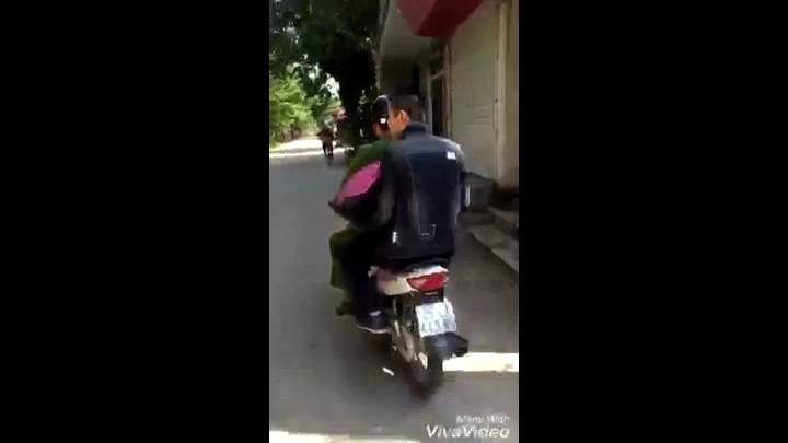 Clip cảnh sát chở anh chồng đi tặng hoa cho vợ