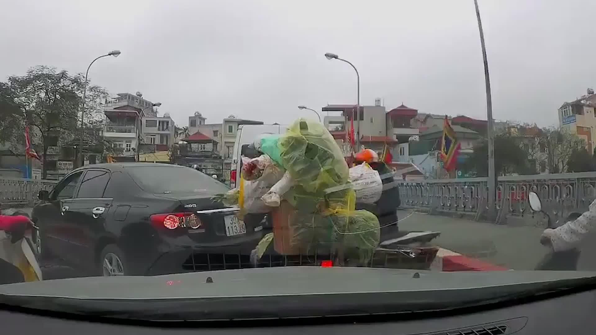 Người phụ nữ quay đầu xe giữa cầu rồi bỗng nhiên xuống xe mắng chửi người chạy xe máy phía sau