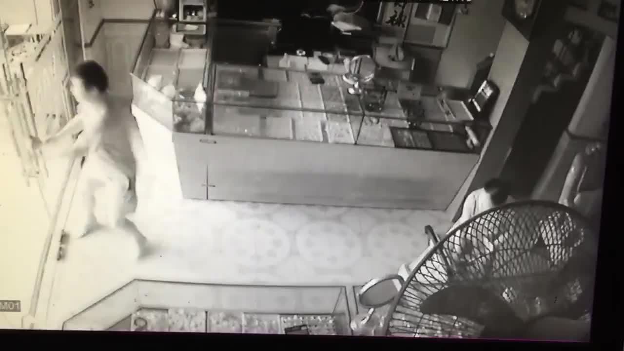 Trâu điên lao vào cửa hàng bên đường