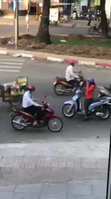 Người phụ nữ dừng xe giữa đường để nghe điện thoại
