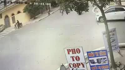 Xe máy và ô tô xảy ra va chạm ở ngã tư đường
