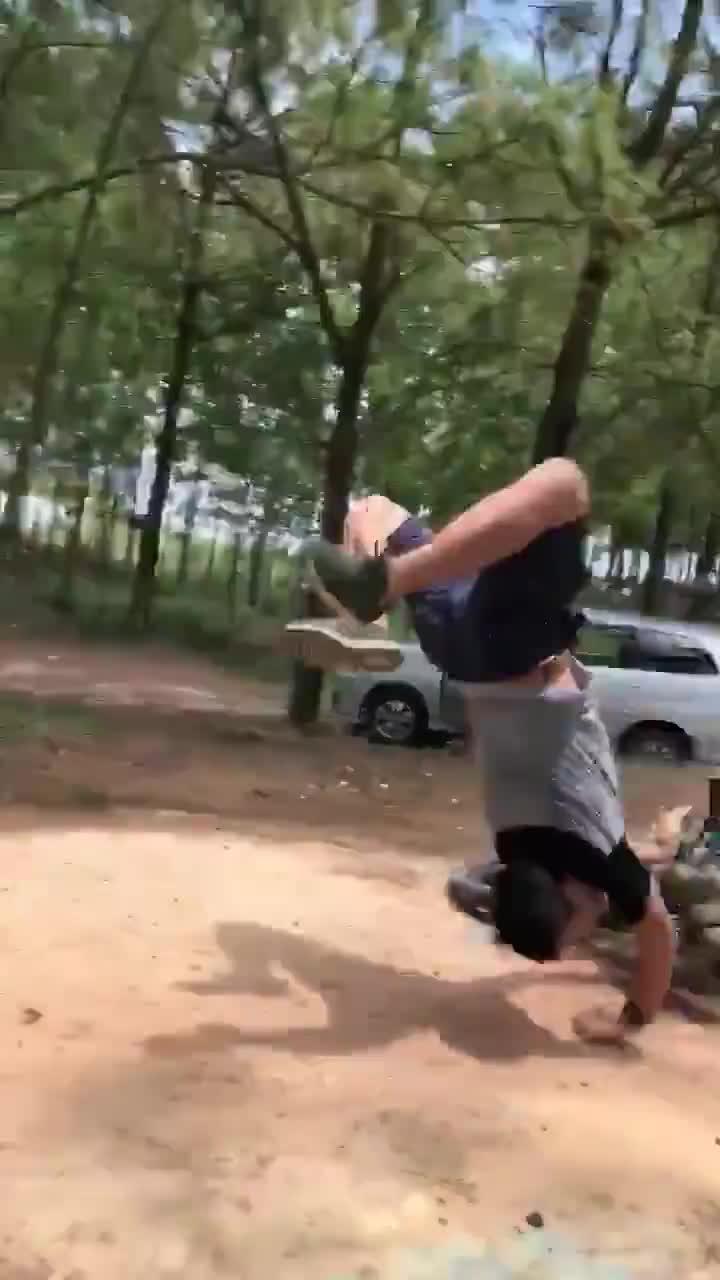 Thanh niên thử sức trò mạo hiểm mà không mang đồ bảo hộ