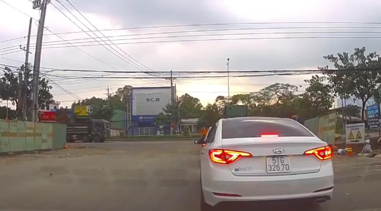Xe máy đi vào điểm mù của xe tải