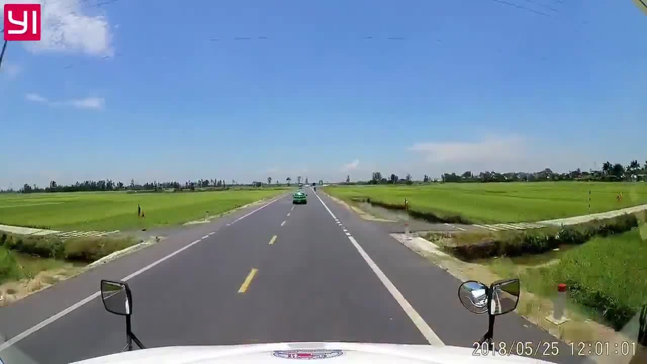 Ô tô chạy với tốc độ cao, tông trúng xe máy văng xa 5 mét