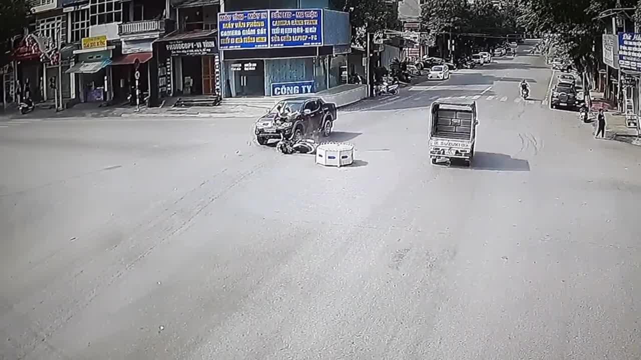 Vượt đèn đỏ, người phụ nữ bị xe bán tải đâm trúng